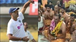 India Coach Ravi Shastri Offers Prayers at The Mahakaleshwar Temple in Ujjain Ahead of The Historic Pink Ball Test Against Bangladesh at Eden Gardens | WATCH VIDEO